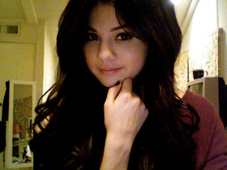 sel with black hair